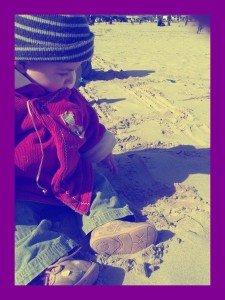 Sur Le sable... dans Azia s'éveille à la vie Azia-sable1-225x300