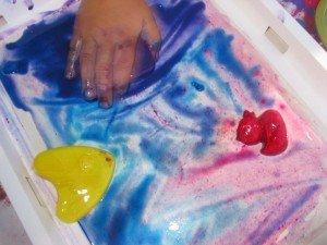 Peindre avec des glaçons dans Les jum bricolent 17aout12-024-300x225