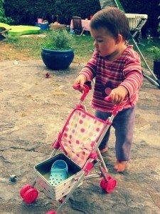 les petits plaisirs d'Azia à 14 mois et 2 semaines dans Azia s'éveille à la vie azia1-225x300