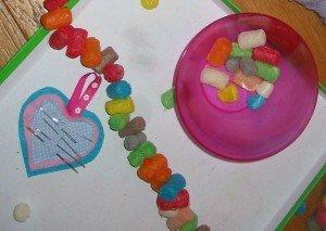 Un collier en playmaïs pour DAKOTA dans Les jum bricolent 6janvier2013-001-300x213
