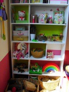 Rangement de l'étagère dans la salle de jeux dans Déco pour les filles mont19-225x300
