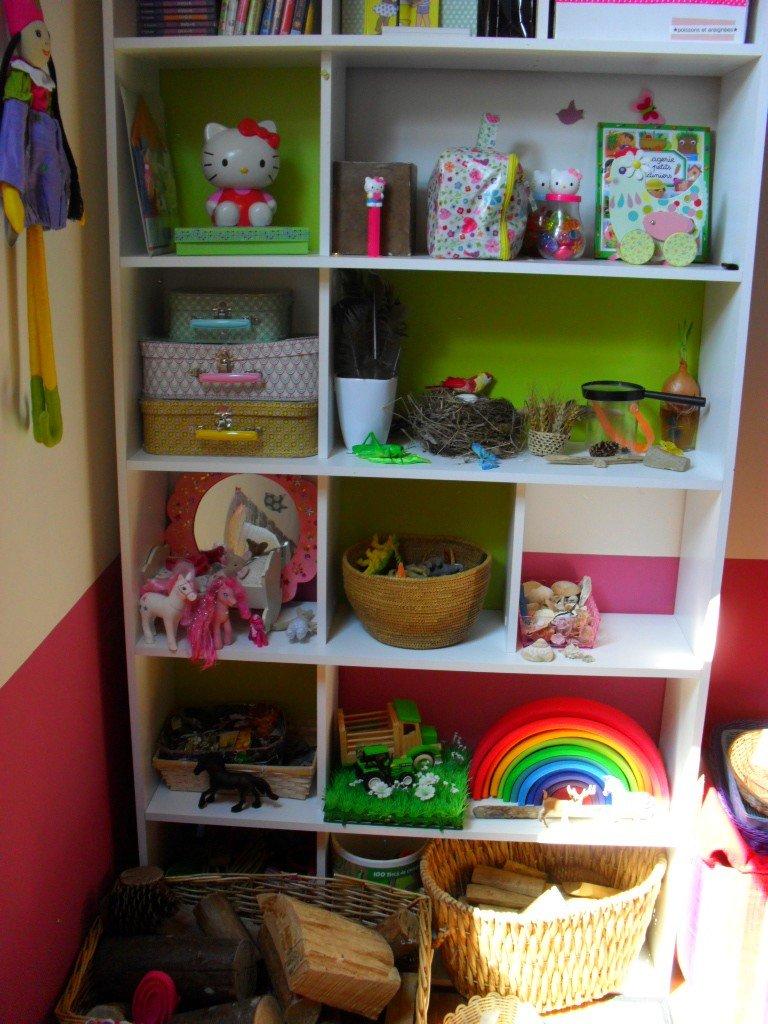 rangement de l tag re dans la salle de jeux. Black Bedroom Furniture Sets. Home Design Ideas