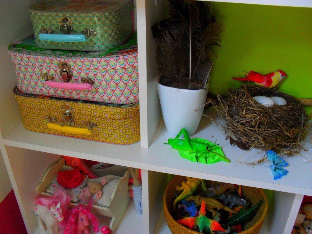 rangement de l tag re dans la salle de jeux croquelavieenrose. Black Bedroom Furniture Sets. Home Design Ideas