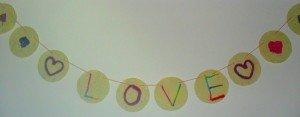 Une Guirlande réalisé avec du papier artisanal et de la laine  dans Déco pour les filles guirlande-love2-300x117