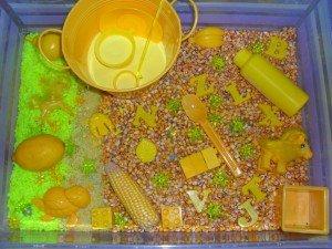 Bac sensoriel jaune dans Activités et Boites sensorielles mont13-300x225