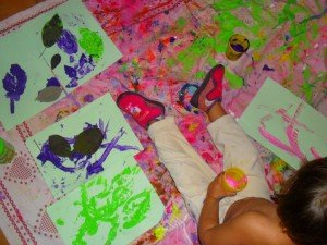 Peinture libre, empreintes de feuilles et collage de graines dans Les jum bricolent peinture2-300x225